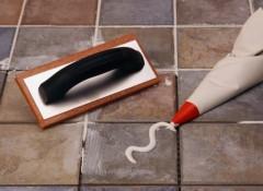 Как на полу и стене затирать швы на плитке?