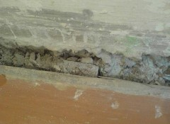 В ванной между полом и стеной щель — как заделать?