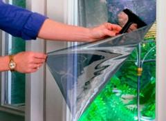 Как наклеить на стекло пленку без пузырей?