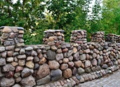 Особенности создания на даче забора из камня