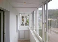 Недорогие варианты оформления балкона