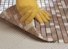 Как мозаичную плитку укладывают на пол?