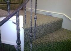Как на лестницу укладывают ковролин?