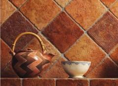 Как на стену укладывают терракотовую плитку?